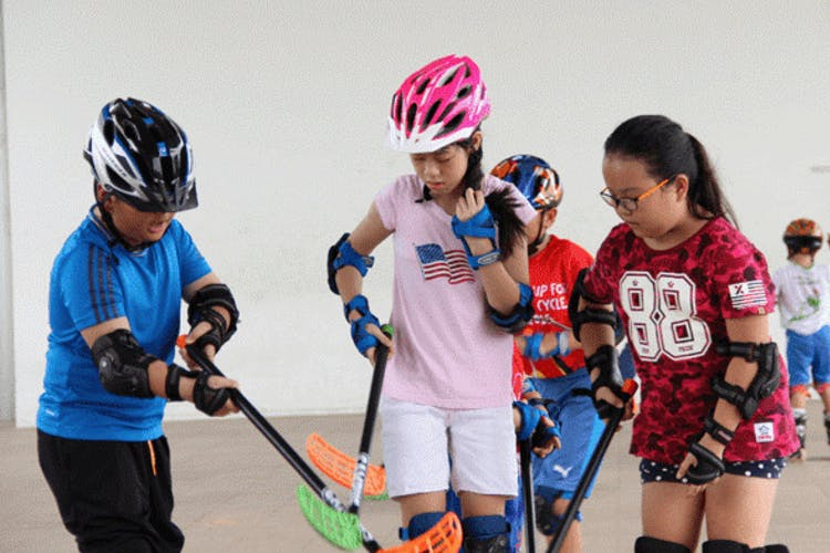 Kids attending the inline floorball lesson at Sengkang Riverside Park