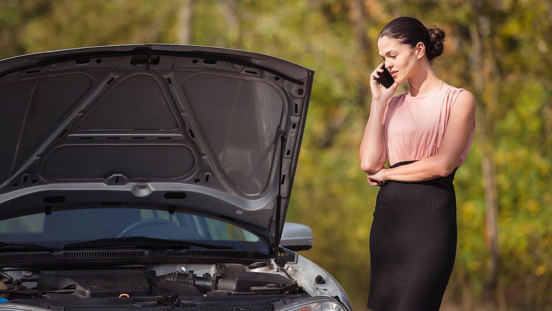 Donna che contatta assistenza con cellulare