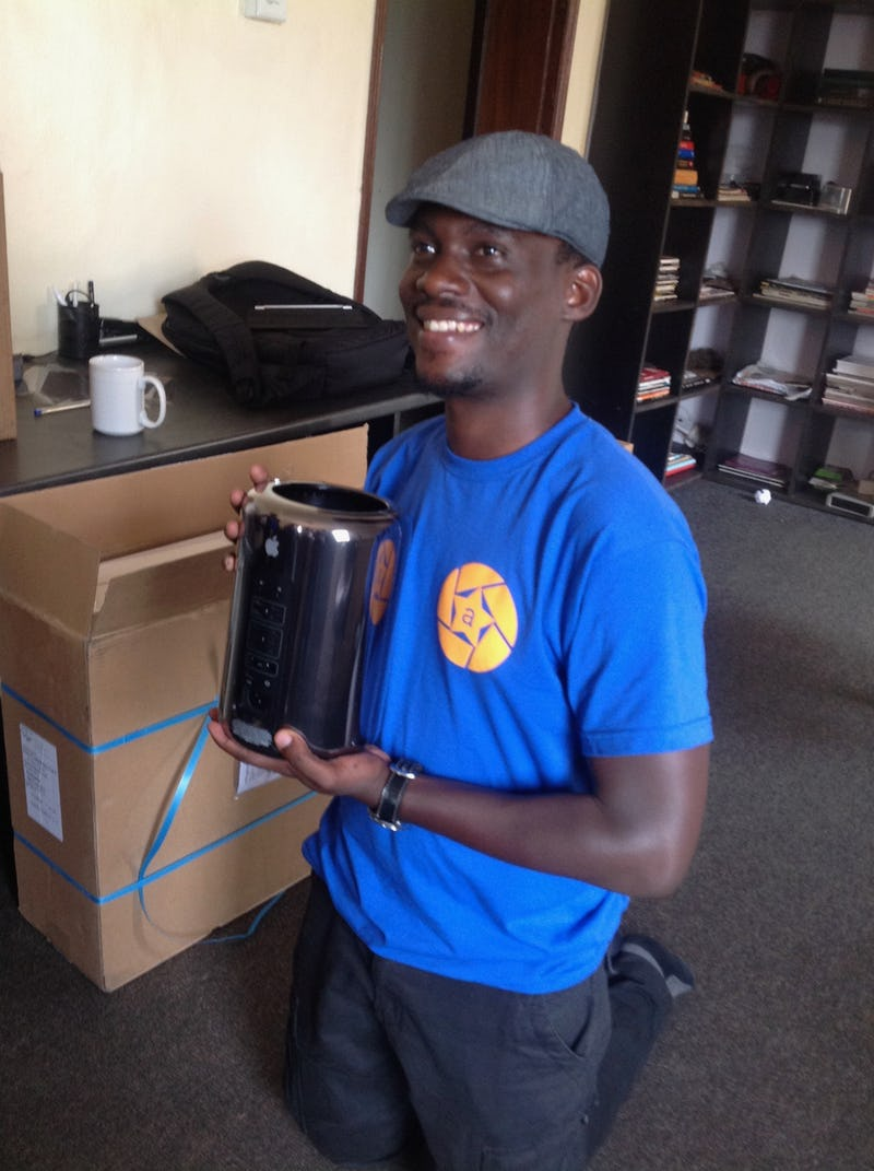 Hello Trash Can Mac Pro. Peter receives the new baby into the studio.