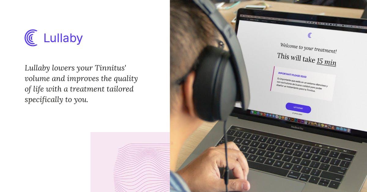 es la imagen de una persona con auriculares frente a una computadora. One person with headphones using a computer.