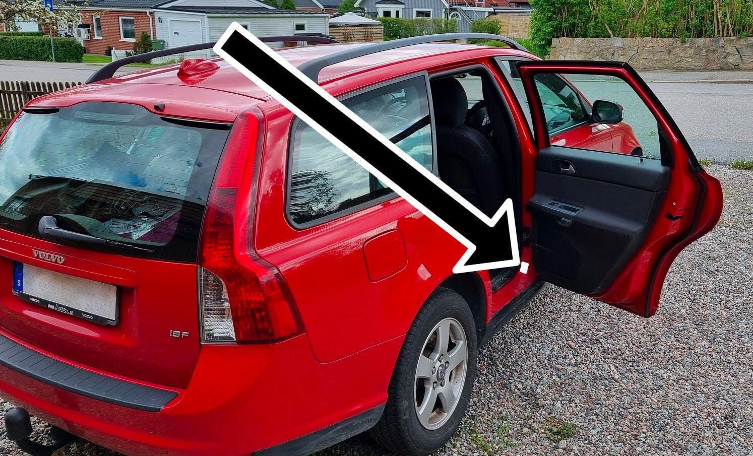 Färgkoden på en Volvo V50 och V70 hittas oftast vid höger bakdörr på en etikett.