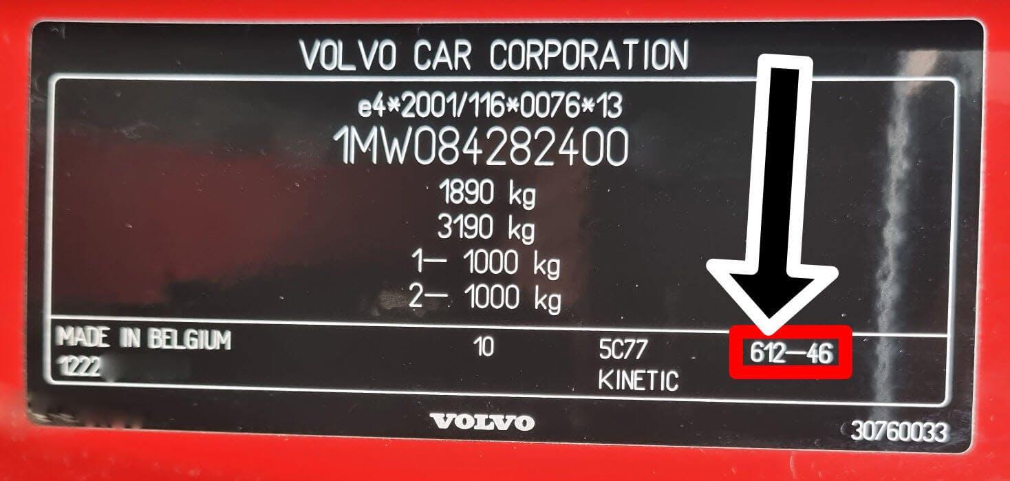 En röd färgkod, 612, på en Volvo V50.