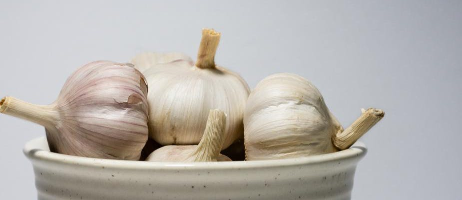 a bowl of garlic bulbs