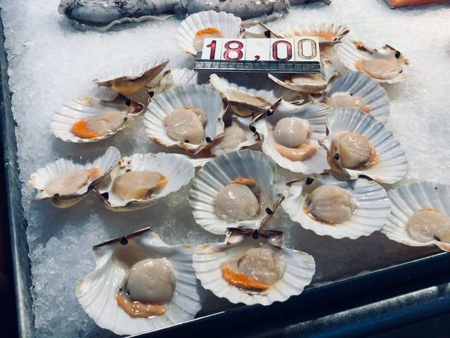 scallops at a market