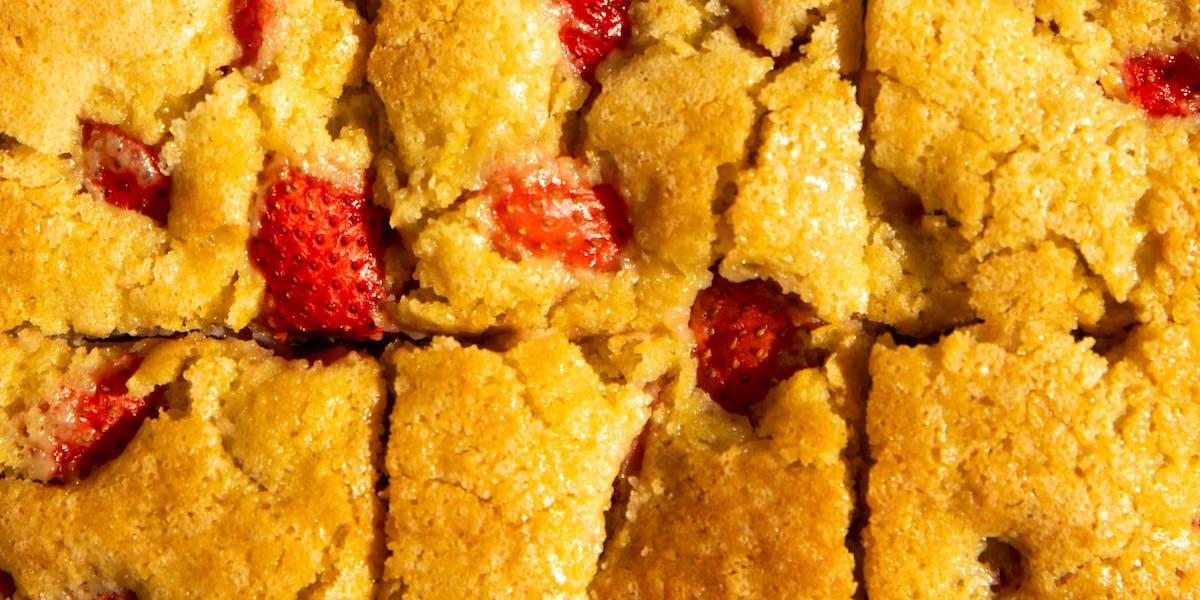 vegan strawberry traybake