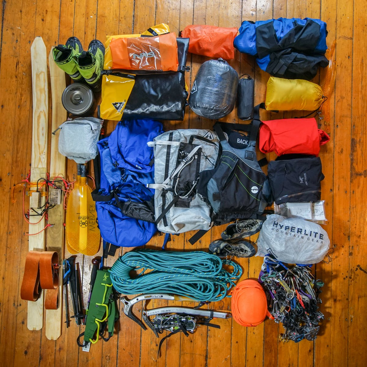 What do you need for a month-long, multi-sport adventure to wild Alaska? Thanks to @davidbfay @drewthayer & @craigmuderlak for sharing their amazing adventures with us and this cool photo of Craig's full gear kit. The trio ended up making and then burning these DIY skis to lighten their loads on the way out.