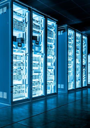 Serveurs informatiques dans une salle dédiée au sein d'une société innovante, dans laquelle des placements via des FCPI (Fonds Communs de Placement dans l'Innovation) et FIP (Fonds d'Investissement de Proximité) sont possibles.