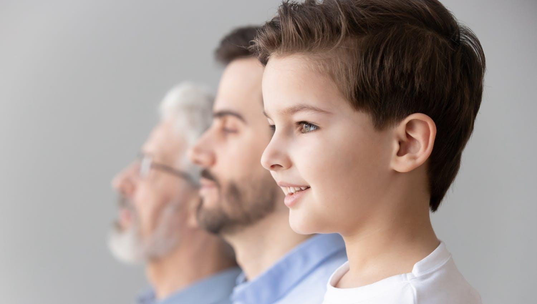 3 générations sur l'image sur laquelle on peut voir un enfant, son père et son grand-père, les 2 plus âgés sont sereins et l'enfant heureux car son avenir a été anticipé à travers une stratégie de succession et de transmission de patrimoine.