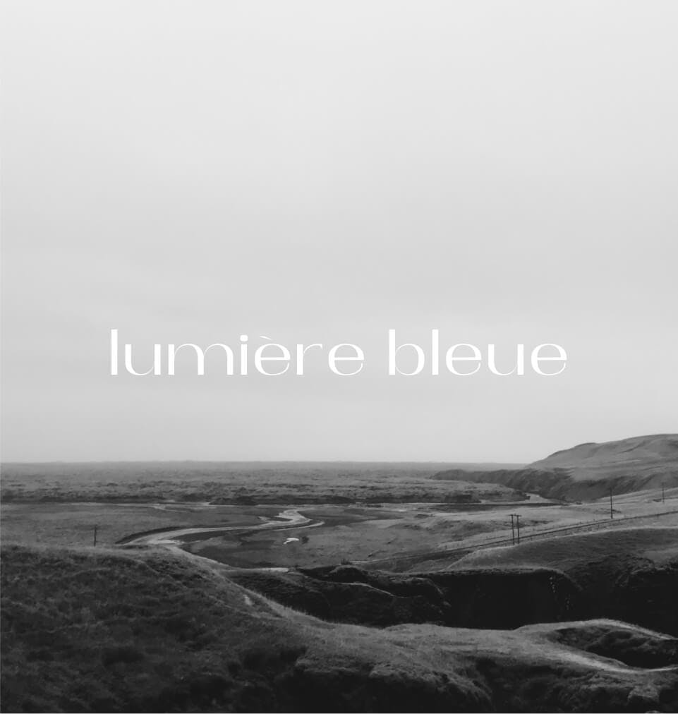 Lumière bleue on black and white picture
