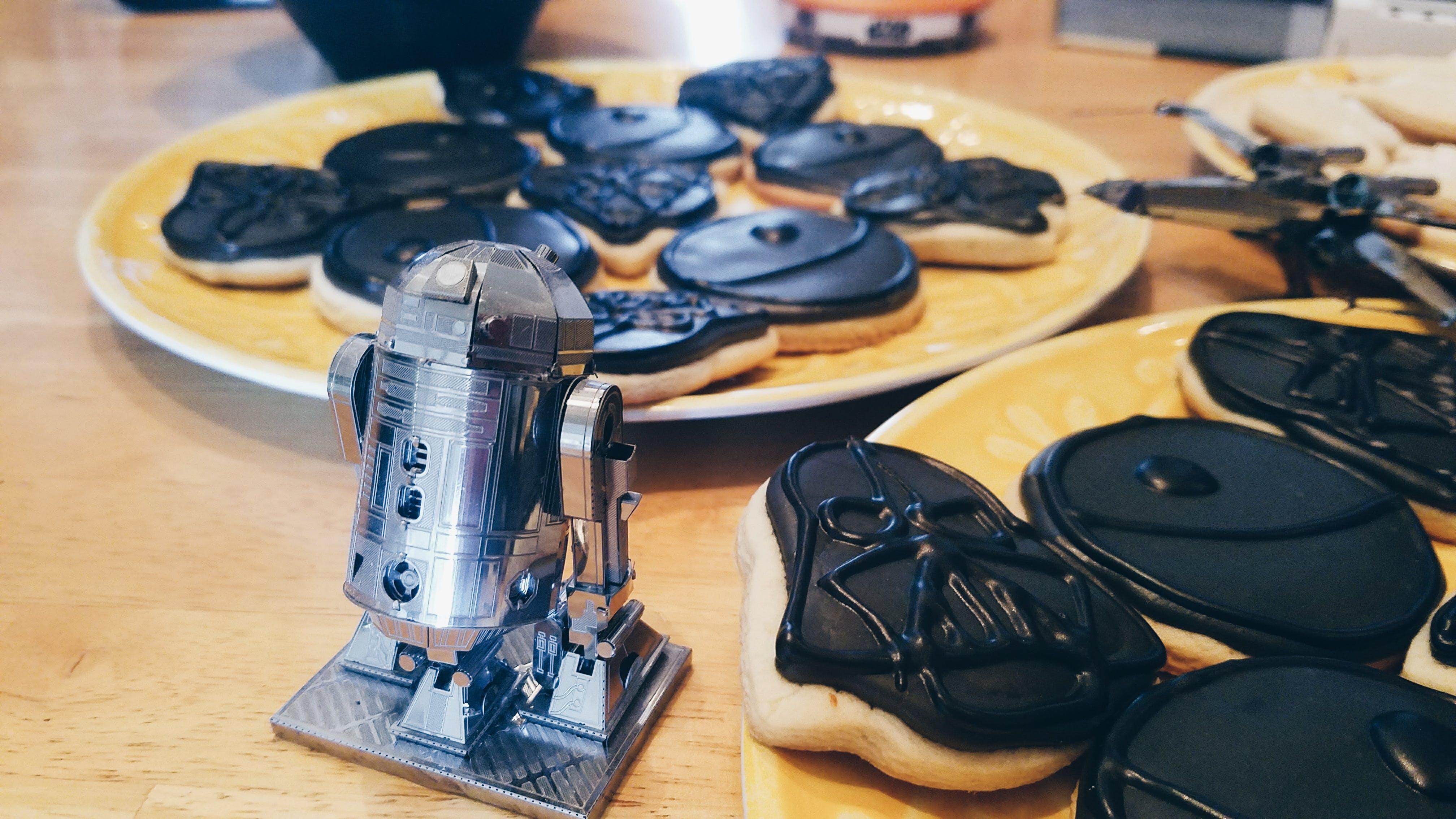 Metal model of R2-D2 in front of some star wars cookies