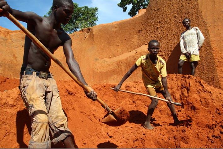 Enfants travaillant dans une mine de diamants en République centrafricaine (mai 2015)