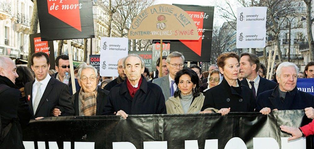 """Le troisième congrès mondial contre la peine de mort s'est tenu à Paris, en France, du 1er au 3 février. """"Paris 2007"""" a rassemblé plus de 600 abolitionnistes et décideurs du monde entier. ltr : Michel Taube (Président de """"Ensemble contre la peine de mort""""), Sakae Menda (qui a été dans le couloir de la mort au Japon pendant 34 ans et qui est innocent), Robert Badinter (ancien ministre de la justice ayant mené l'abolition de la peine de mort en France)"""