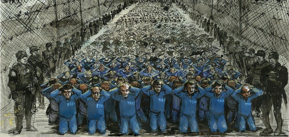 Des gardes entourent un grand groupe de détenus dans un camp d'internement au Xinjiang, en Chine.