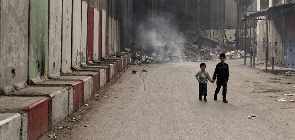 Camp de réfugiés de Shu'afat. Deux enfants marchent le long du Mur.  © Martin Barzilai