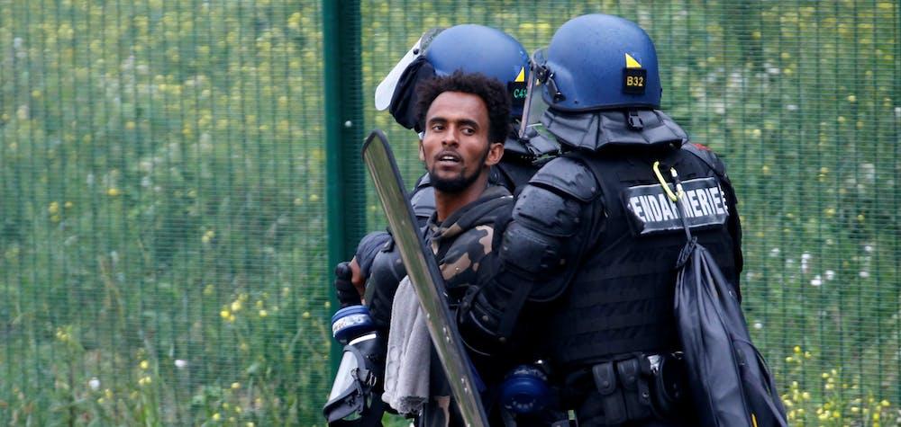 Démantèlement d'un camp de migrants et réfugiés à Calais