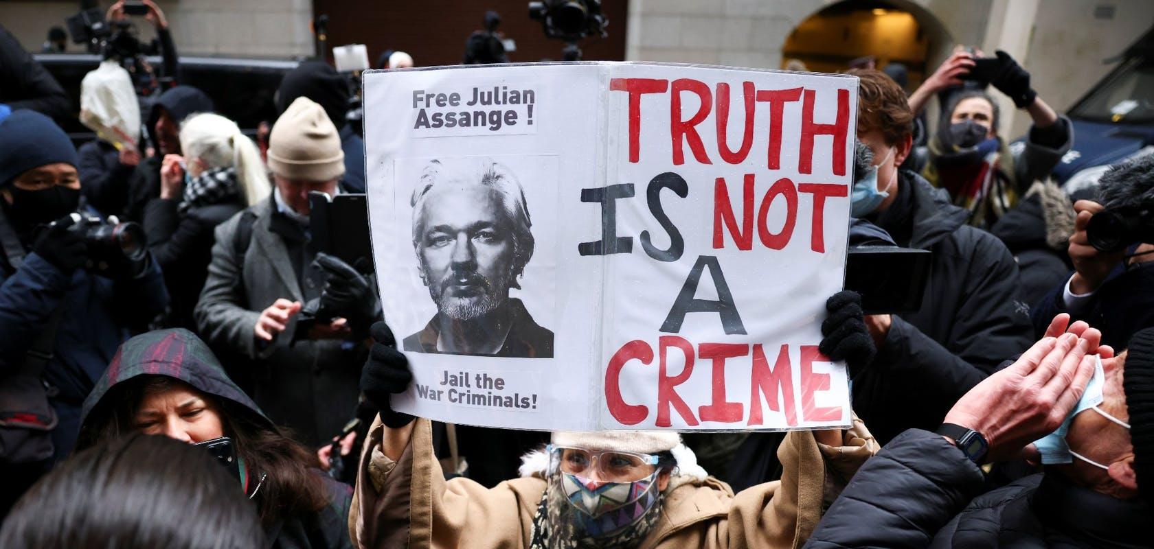 12d675d9-8d8c-4f51-9f02-f0e4ed414c14_julian_assange.jpg?auto=compress,format&rect=0,0,1920,914&w=1680&h=800
