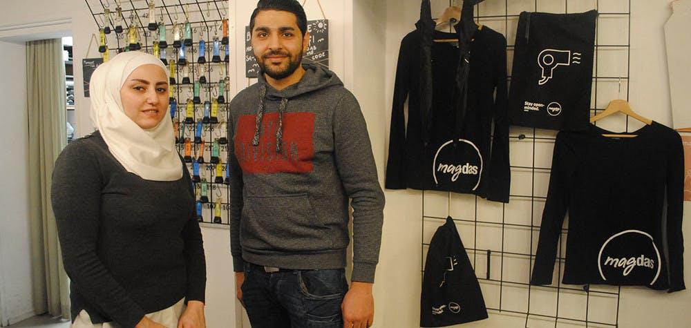 Rasha, Damascène, et le chef afghan à la réception de l'hôtel Magdas, propriété de Caritas