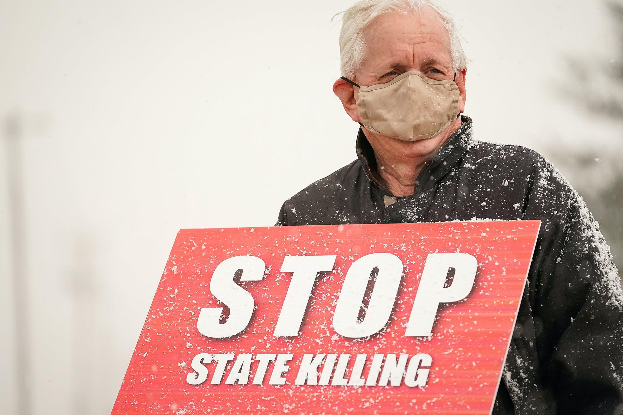 Un militant opposé à la peine de mort manifeste devant le pénitencier des États-Unis à Terre Haute, Indiana, 15 janvier 2021 REUTERS/Bryan Woolston