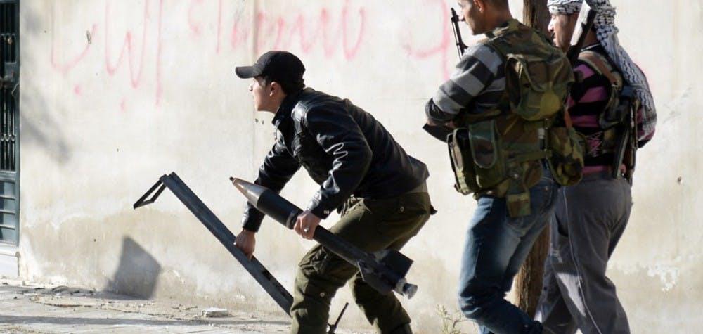 Des rebelles lancent une roquette à Alep, avril 2013.