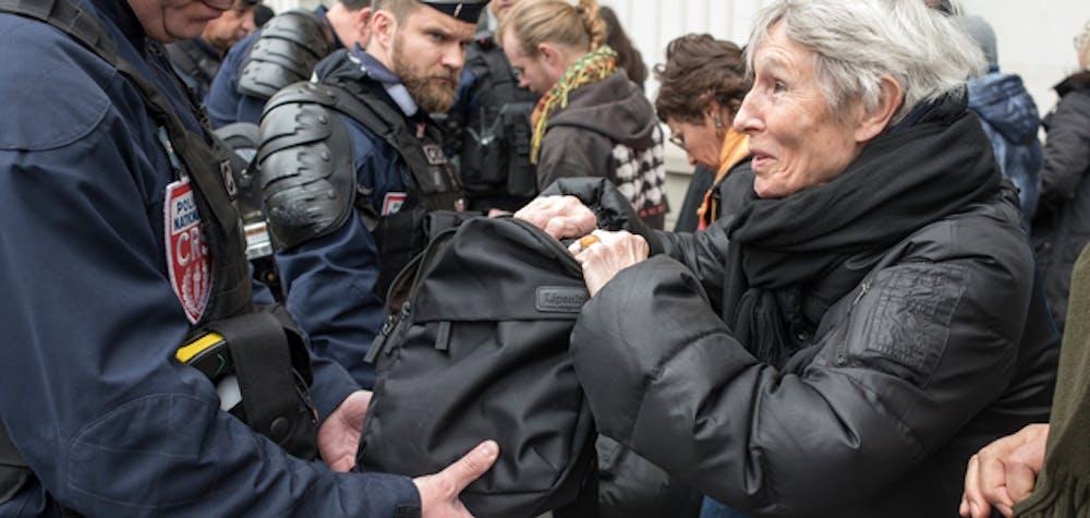Manifestation pour la dignité et la justice, dimanche 19 mars 2017 à Paris entre Nation et République. La police fouille les sacs et palpe toute personne voulant accéder à la place de la Nation.