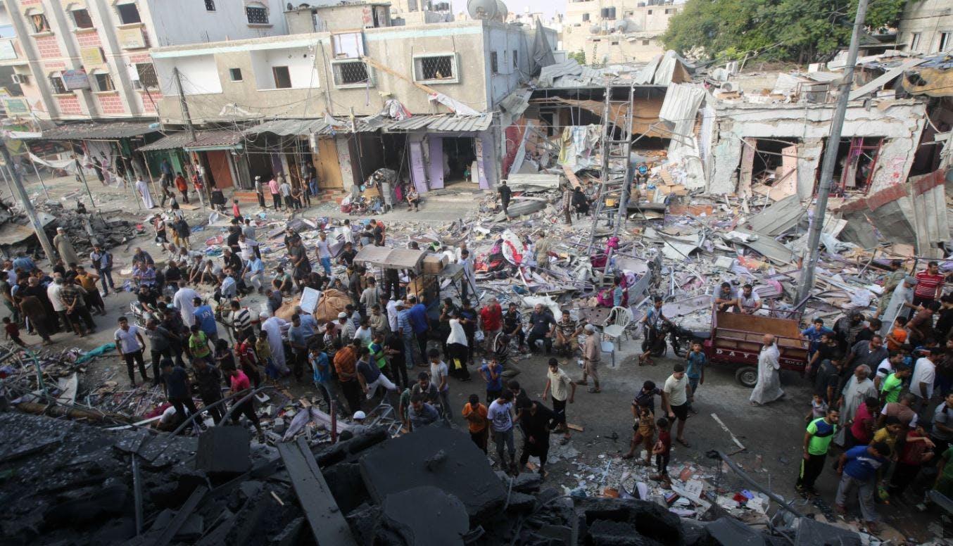 Des Palestinians rassemblés dans la rue après le bombardement d'un centre commercial de Rafah en août 2014