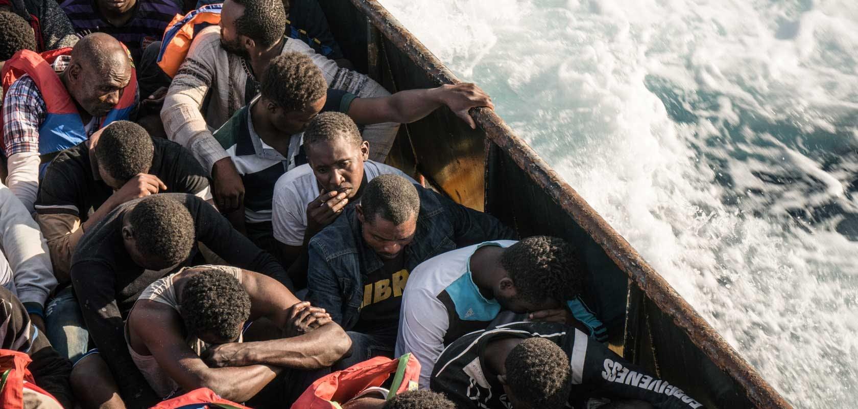 Réfugiés dans un bateau au large de la Libye