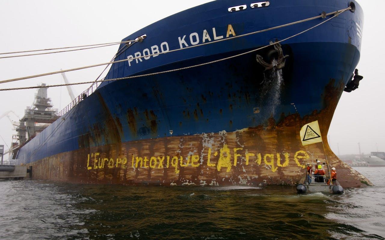 Les activistes de Greenpeace bloquent le Probo Koala dans le port estonien de Paldiski.Septembre 2006.