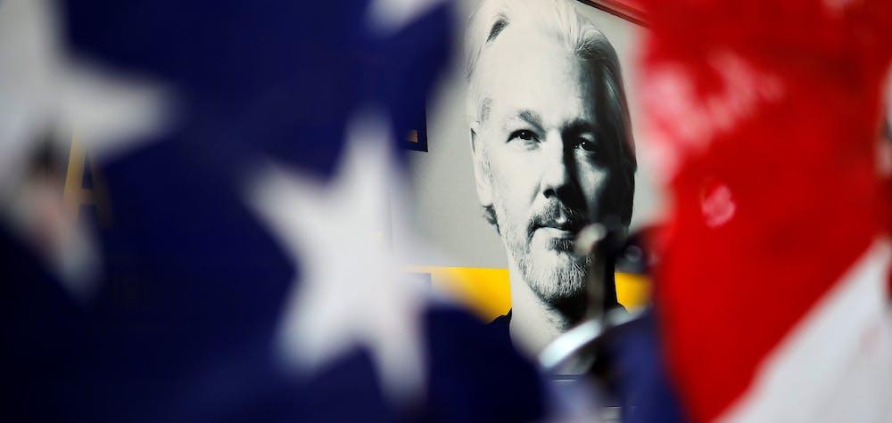Des manifestants protestent devant le tribunal de Old Bailey, à Londres, le 14 septembre 2020, où l'audience d'extradition du fondateur de WikiLeaks, Julian Assange, a repris. © Tolga Akmen / AFP