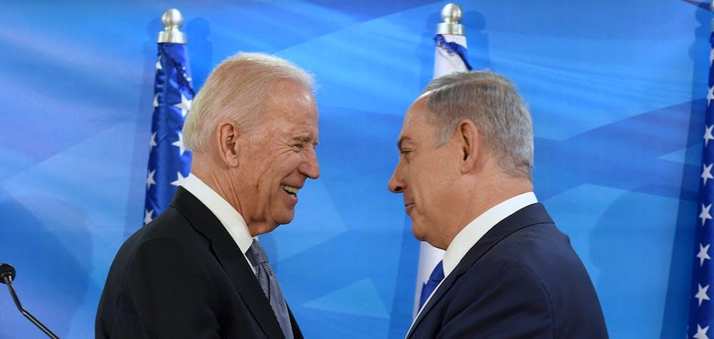 Le vice-président américain, M. Biden, serre la main du premier ministre israélien, M. Netanyahu lors de leur rencontre à Jérusalem.