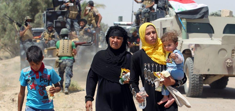 Des familles irakiennes près du village Al-Sejar, dans la province Anbar s'enfuyant de la ville de Fallujah, le 27 mai 2016, pendant une opération des forces progouvernementales pour reprendre la ville à l'État Islamique.