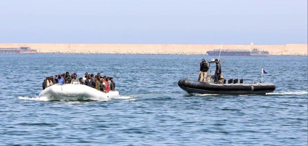 Un bateau des garde-côtes libyennes escorte un bateau de migrants