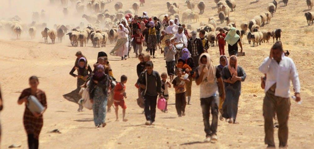 Des migrants de la minorité Yazidi fuient la violence de l'État islamique dans la ville de Sinjar, à pied vers la frontière syrienne, près de la montagne Sinjar