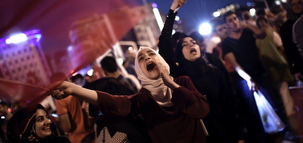 Des sympathisants pro-Erdogan rassemblés place Taksim à Istambul pour soutenir le gouvernement le 16 juillet, après l'échec du coup d'état