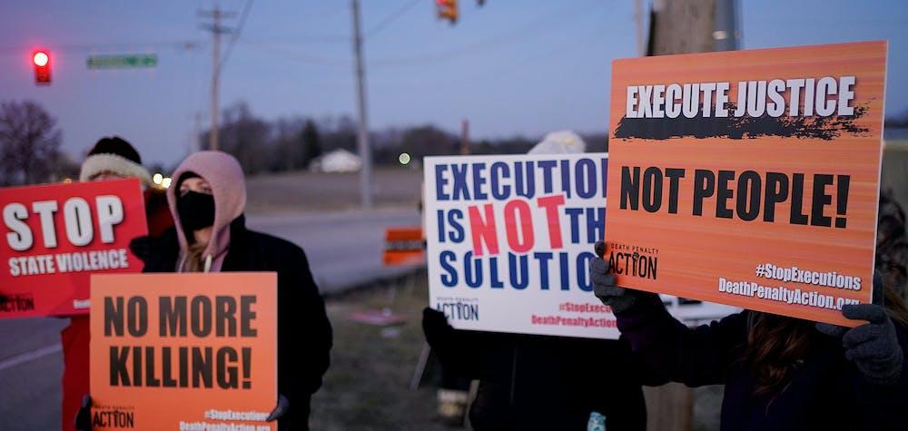 Des militants opposés à la peine de mort se rassemblent pour protester contre l'exécution de Lisa Montgomery, 12 janvier 2021