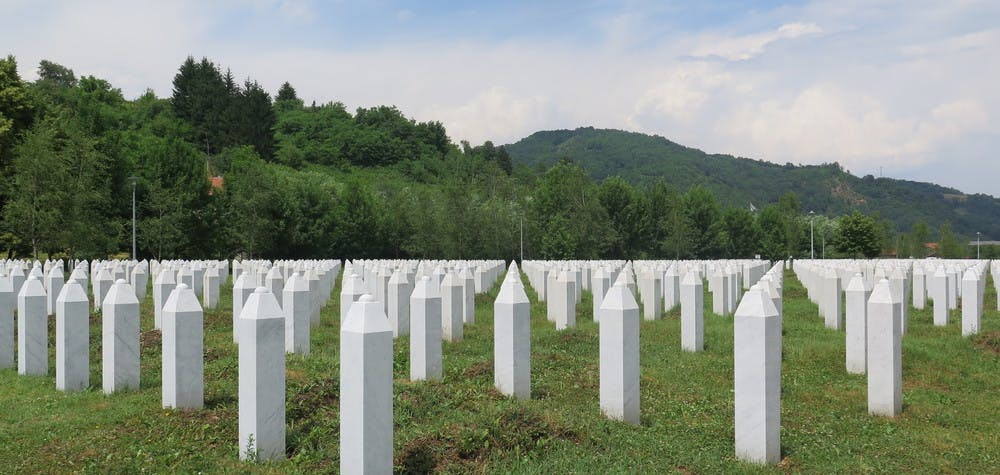 Tombes du mémorial de Srebenica où à eu lieu le génocide 8000 bosniaques