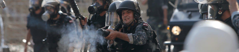 Les forces de sécurité libanaises arrêtent un manifestant au centre-ville de Beyrouth le 8 août 2020, à la suite d'une manifestation contre une direction politique qu'ils accusent d'une explosion monstre qui a tué plus de 150 personnes et défiguré la capitale Beyrouth.
