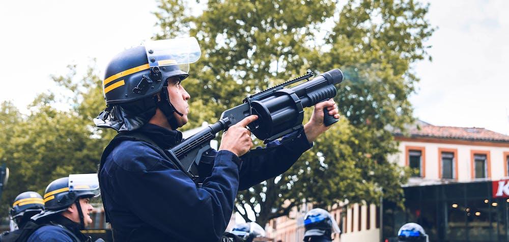 Un CRS tire des grenades lacrymogènes avec un lanceur multi-coups PGL 65. Environ 3 000 personnes ont défilé lors de l'acte 26 du mouvement des gilets jaunes. Le 11 mai 2019 à Toulouse. Valentin Belleville / Hans Lucas / Hans Lucas via AFP