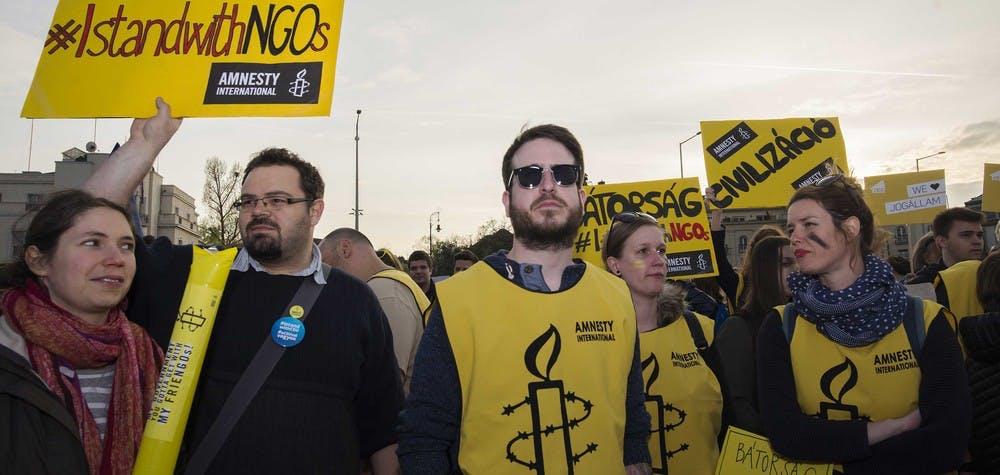 Les militants d'Amnesty en Hongrie manifestent contre les intimidations à l'encontre de la société civile.  © Szabolcs Csaszar