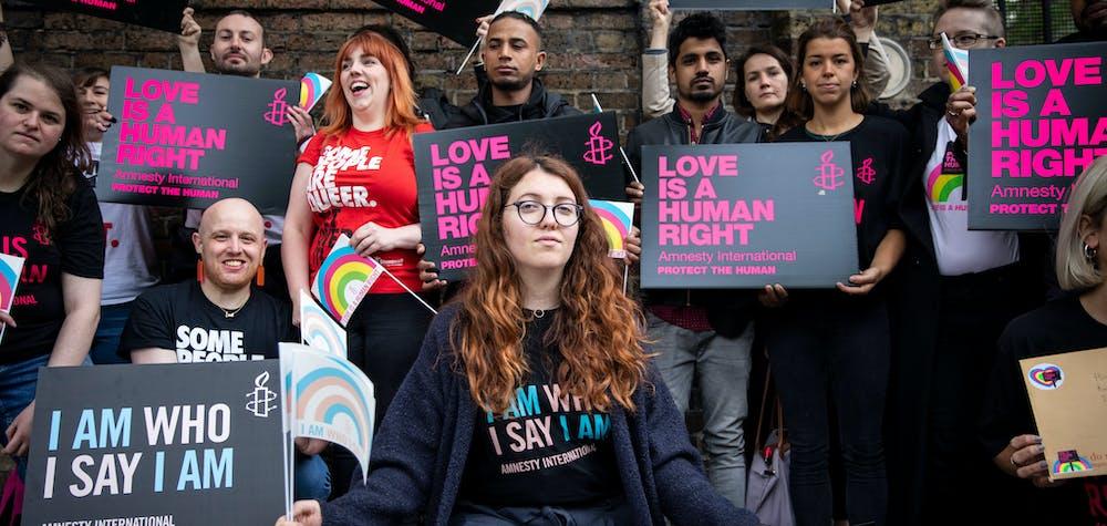 Des membres et sympathisants d'Amnesty International au Royaume-Uni présentent une pétition à l'ambassade de Russie à Londres, au Royaume-Uni, le 17 mai 2019. Des sympathisants d'Amnesty International ont été rejoints par des membres de Stonewall pour présenter une pétition avec plus de 65 000 signatures, appelant le président Poutine à enquêter sur les attaques et l'enlèvement de Les personnes LGBTI en Tchétchénie.