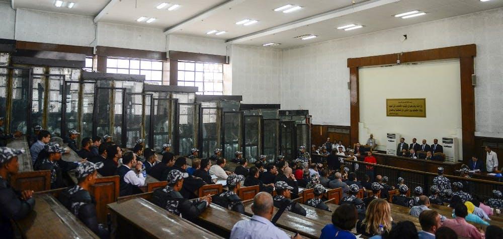 Des membres des Frères musulmans égyptiens sont vus à l'intérieur d'un dock en verre pendant leur procès dans la capitale Le Caire, le 28 juillet 2018. Un tribunal pénal égyptien a renvoyé 75 condamnations à mort, y compris de dirigeants des Frères musulmans, au grand mufti du pays pour consultation, le 28 juillet.