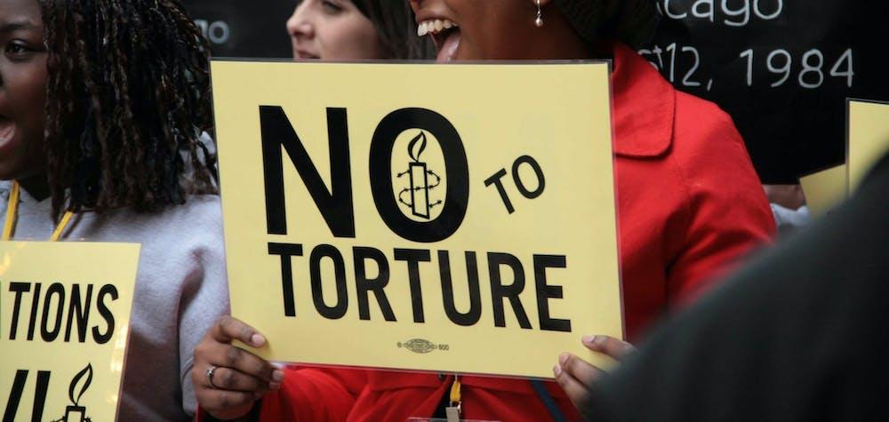 Des militants défilent avec des survivants de la torture à Chicago lors de la conférence sur les droits humains 2014 d'Amnesty International USA, à Chicago (Illinois)