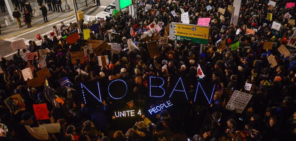 Manifestation devant l'aéroport de JFK