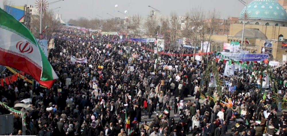 Foule et drapeau iranien