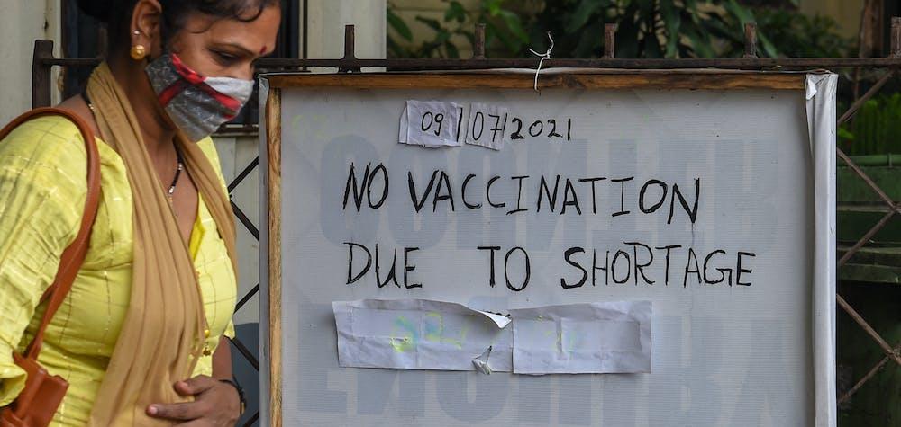 Une femme passe devant l'entrée d'un centre de vaccination fermé en raison d'une rupture de stock du vaccin contre le Covid-19, à Mumbai, le 9 juillet 2021 © PUNIT PARANJPE / AFP