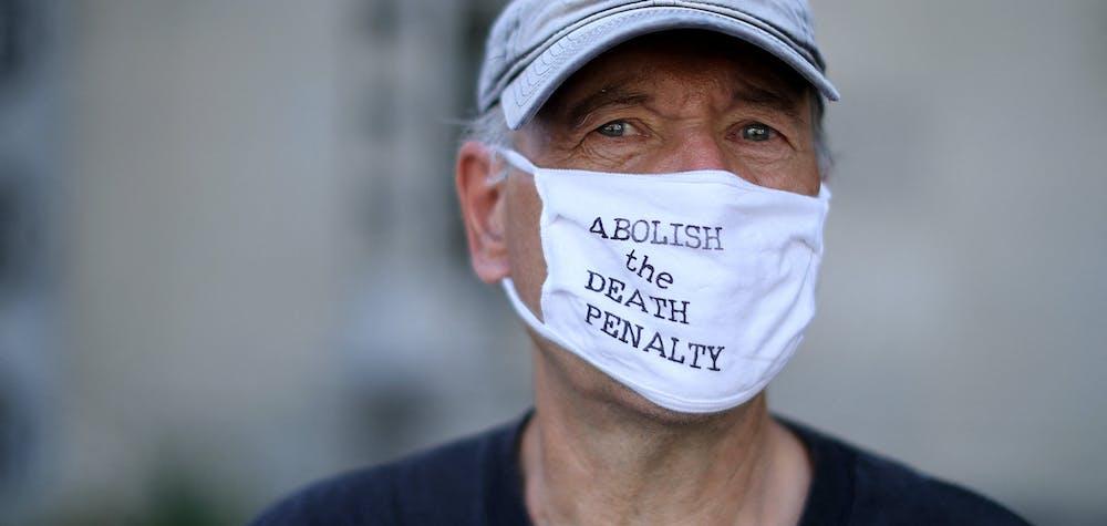 Les militants anti-peine de mort Art Laffin, de Journey of Hope, manifestent devant le bâtiment Robert F. Kennedy du ministère américain de la Justice, le 13 juillet 2020 à Washington, DC.