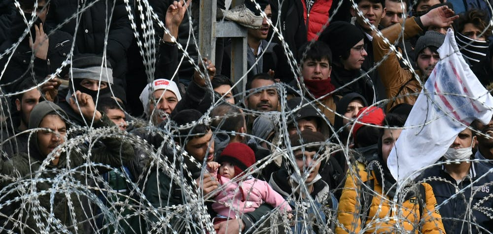 Des migrants qui souhaitent entrer en Grèce depuis le poste-frontière turc de Pazarkule