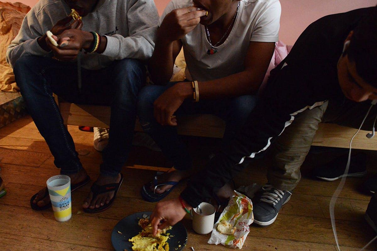 Trois mineurs mangent dans le dortoir géré par une association, Paris, octobre 2017