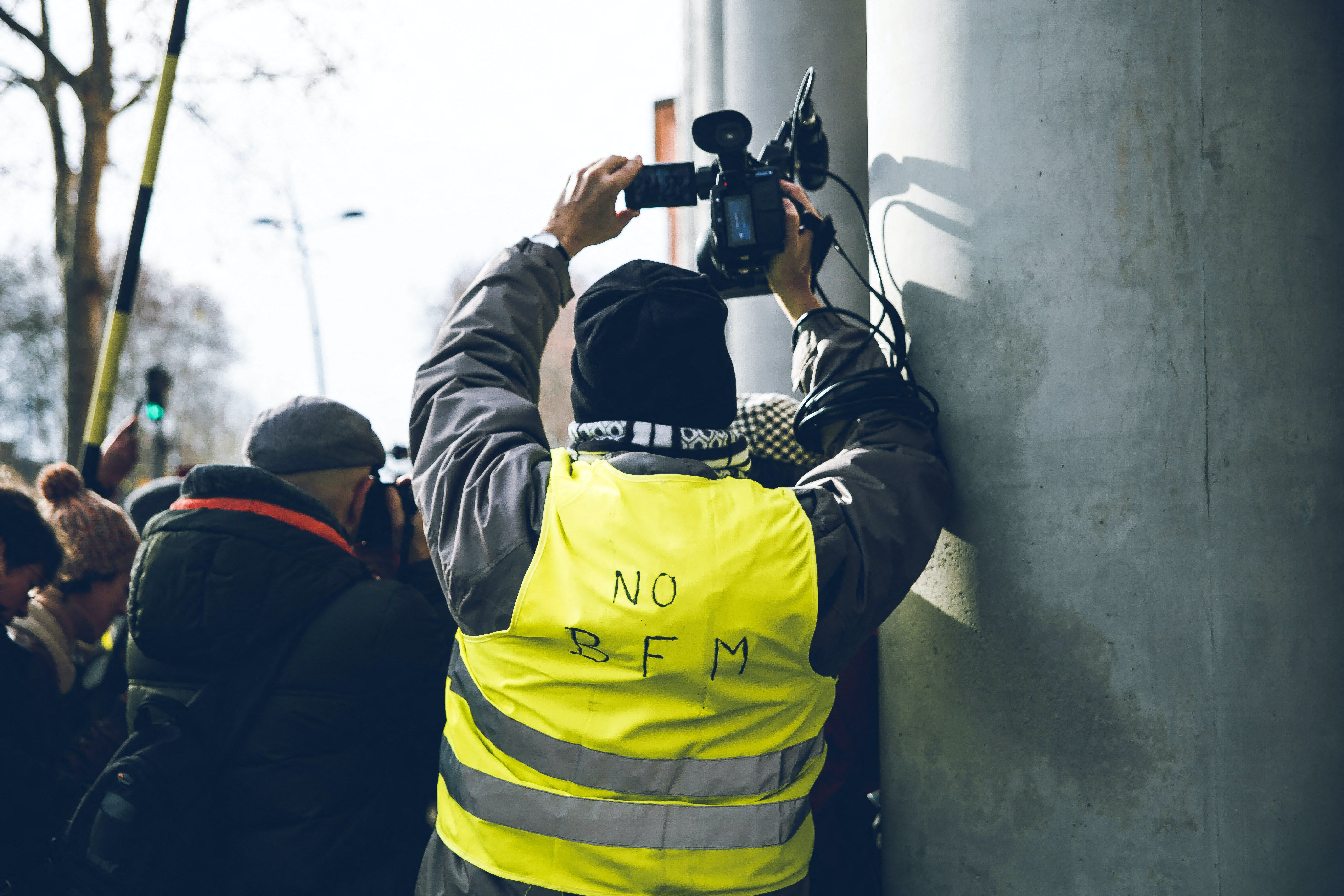 Gilets Jaunes à Toulouse filmant la manifestation © Valentin Belleville/Hans Lucas/AFP