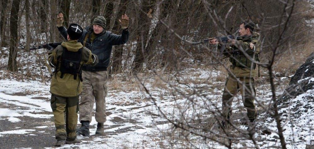 Deux séparatistes arrêtent un homme dans l'est de l'Ukraine en février 2015