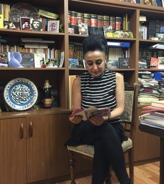 Eren Keskin lisant des lettres de soutien